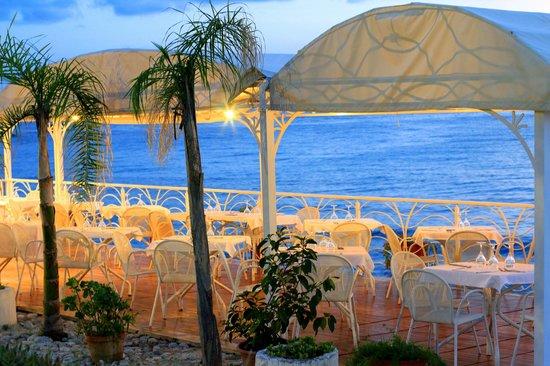 Hotel Ipomea Club: terrazzina di fianco alla piscina dove si serve la cena