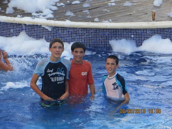 Dreams Punta Cana Resort & Spa: foam party in the pool!