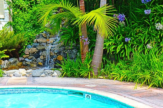 Malibu Country Inn: nice small waterfull