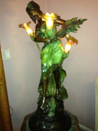 La Belle Epoque: Art Deco lamp in living room area