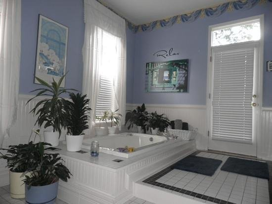Sugar Magnolia Bed & Breakfast: our bathroom
