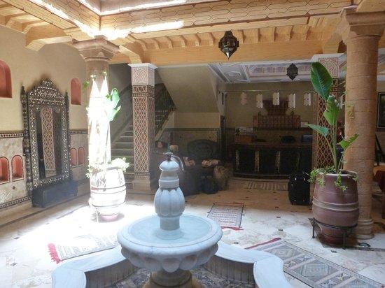 Essaouira Wind Palace : The reception(my wife hiding behind the colum)