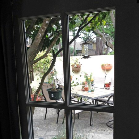 Edgemere Cottages: Our cozy patio