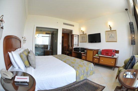 The Gateway Hotel, Agra: Zimmer mit Blick ins Bad