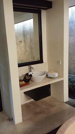 The Sanyas Suite Seminyak: Salle de bain