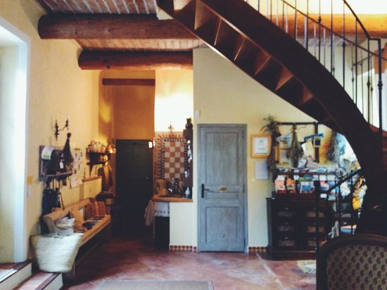 Le Clos Des Freres Gris : common space - stairs to the rooms