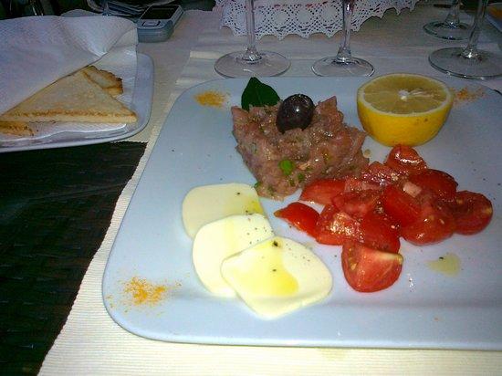 Aubergine : tartare tonno, burro e crostini