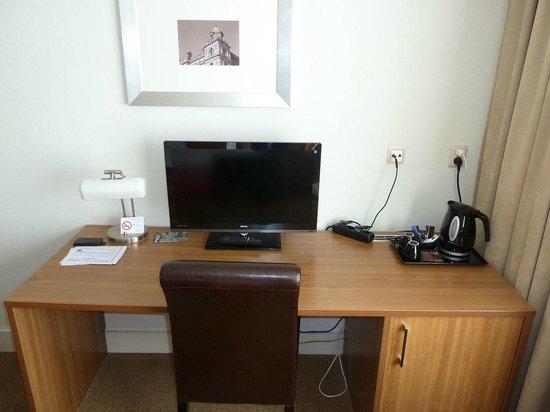 Fletcher Hotel-Restaurant Doorwerth-Arnhem : Desk in our room.
