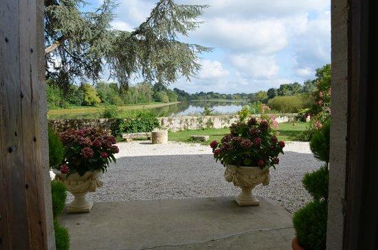 Chateau de Courtebotte: La vue sur la Dordogne sur le pas de porte du château