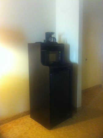 Comfort Suites Gulfport: Microwave and Refrigerator