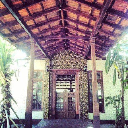 Villa Birdlake: Entrance At Day Light