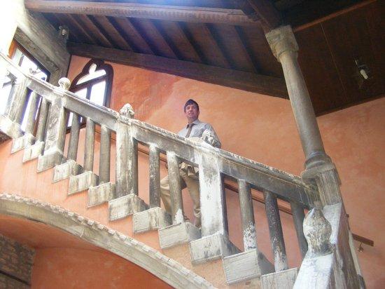 Hotel Pausania: Gorgeous staircase