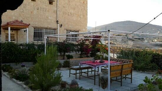 Petra Bed and Breakfast: Outside area