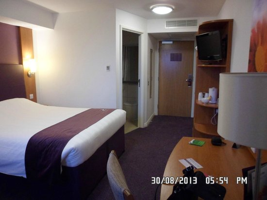 Premier Inn Manchester Bury Hotel : bedroom view