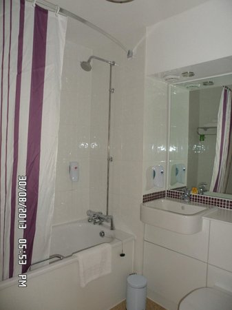 Premier Inn Manchester Bury Hotel : large bathroom
