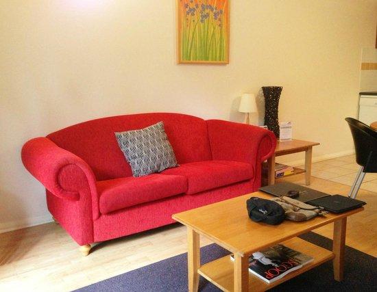 مارجرتس فوريست: Living room. Very cosy but dirty floor!