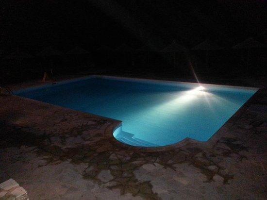 Odyssey Villas: Piscina by night