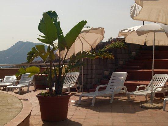 Sedie A Sdraio Palermo : Sedie a sdraio attorno la piscina panoramica bild von hotel bel