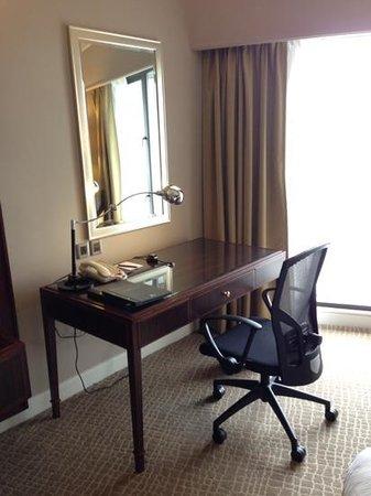 ฮิลตัน กูชิง: working desk