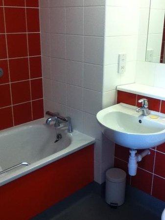 Travelodge Cardiff Atlantic Wharf: clean bathroom