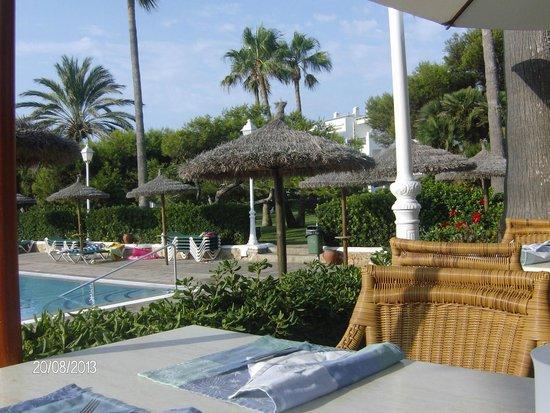 Apartamentos Parque Mar: Dining view and pool