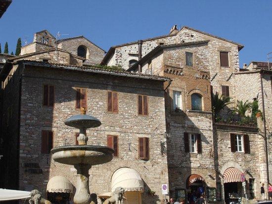 Hotel Restaurant Pallotta Assisi: Piazza del Comune Assisi