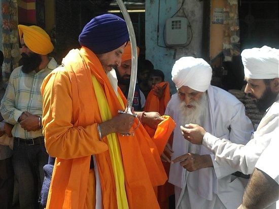 Gurudwara Guru Ka Mahal : Gurdwara guru Ka Mahal,Baba Labh Singh ji Punj peyaria nu  sanmanet karde