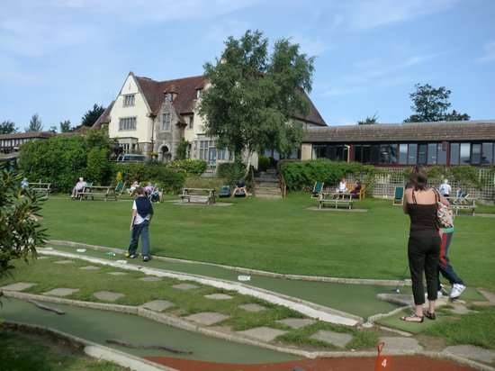 Manor House Hotel: front of the manor by the mini golf