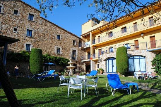 Hotel Sant Joan: Jardin y acceso