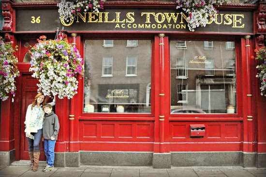 O'Neills Victorian Pub & Townhouse: Street front exterior