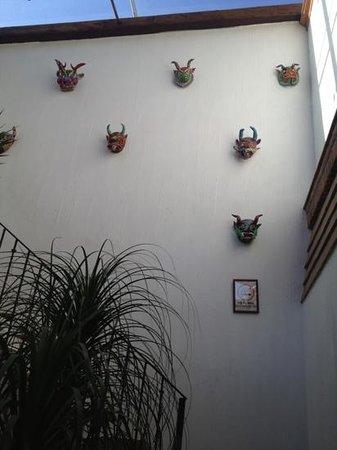 Hotel Meson de los Remedios: Detalle de máscaras en escaleras