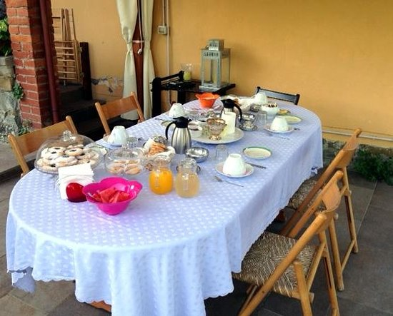B&B Sei Cipressi : reich gedeckter Frühstückstisch