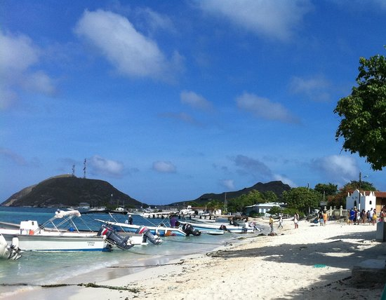 Posada Acuarela: Praia na frente da pousada para pegar os barcos para as Ilhas maravilhosas