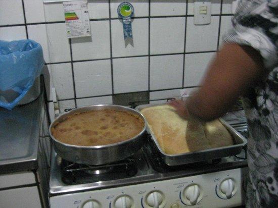 Overnativa Green Hostel: Cristina haciendo las tortas para el desayuno