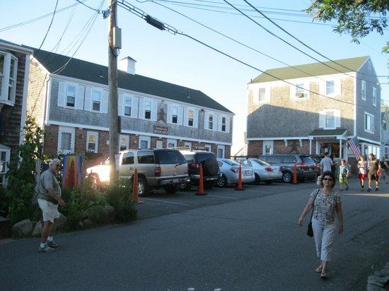 Bearskin Neck Motor Lodge: The Bearskin Neck Motor Inn with parking included.