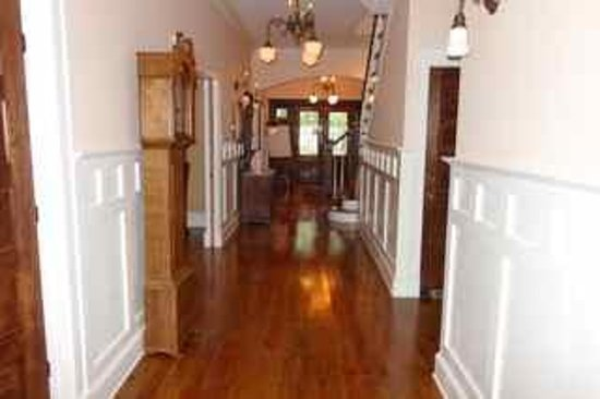 Park House Bed & Breakfast: Looking down a hall towards the front doors