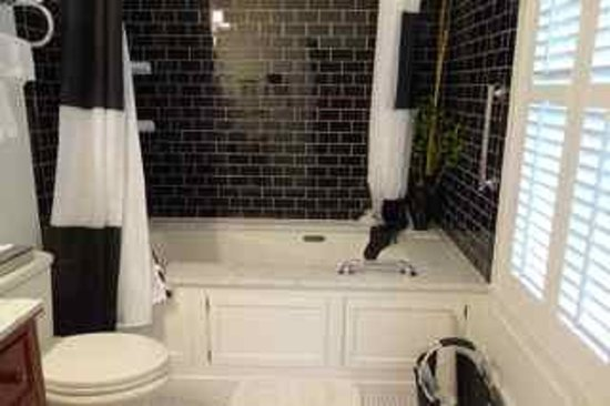 Park House Bed & Breakfast: Jacuzzi bathtub in our bathroom