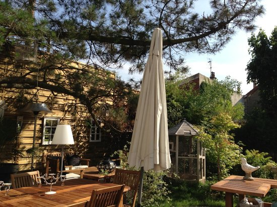 Le Clos des Colombes: l'espace repas au jardin