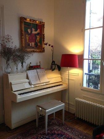 Le Clos des Colombes: un piano à disposition au salon