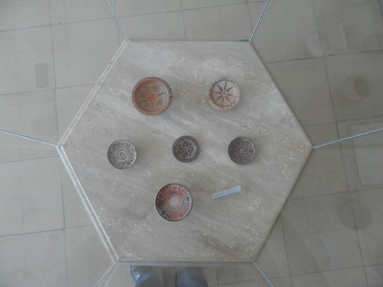 Izmir Museum of History and Art: Museo della ceramica: Vetrina fotografata dall'alto