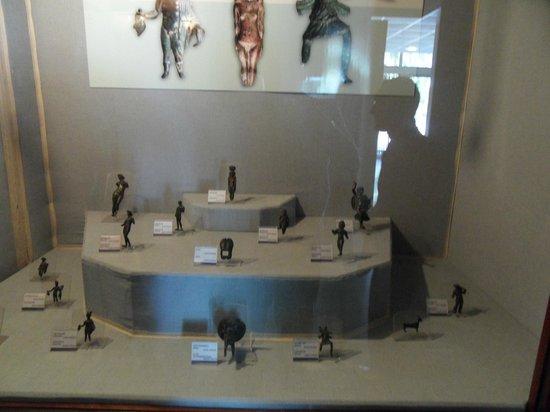 Izmir Museum of History and Art: Museo dei bronzi: vetrina con sculture
