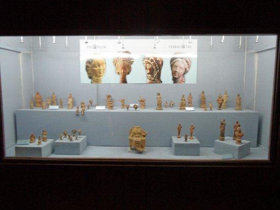 Izmir Museum of History and Art: Museo dei bronzi: vetrina con statuette votive in terrcotta