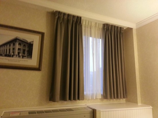 BEST WESTERN Ville-Marie Hotel: Curtains