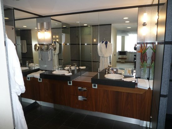 ovale badewanne vor dem bett picture of radisson blu hotel erfurt erfurt tripadvisor. Black Bedroom Furniture Sets. Home Design Ideas