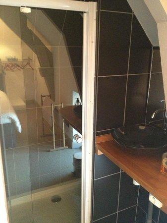 La Maison Duchevreuil: Salle de bain ouverte sur la chambre