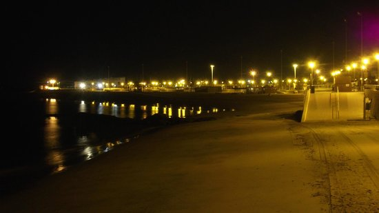 Hostal Andalucia: Por la noche puedes pasear por su paseo marítimo ... una verdadera maravilla !!