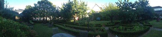 La Maison Duchevreuil: Panorama du Jardin