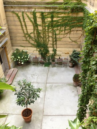 Brody House: Inner courtyard