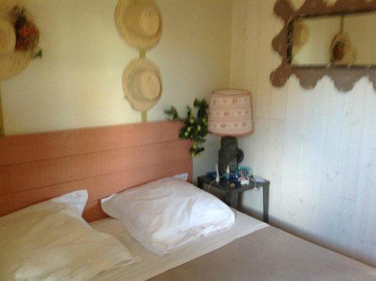 Yelloh! Village Le Sérignan-Plage : Chambre parents avec grand lit de 160