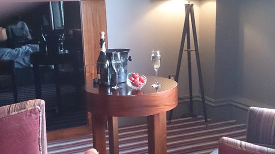 Village Hotel Manchester Cheadle: Champagne and Strawberries